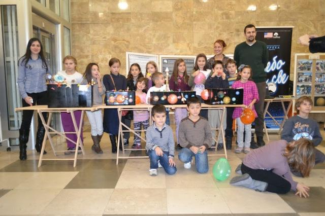 Sanja Jovanović sa najmlađim učesnicima manifestacije i njihovim radovima