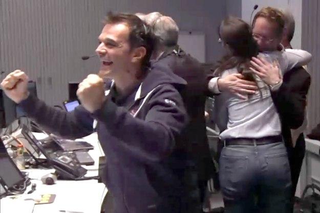 Oduševljenje u kontrolnoj sobi nakon vesti o uspešnom sletanju - foto: ESA