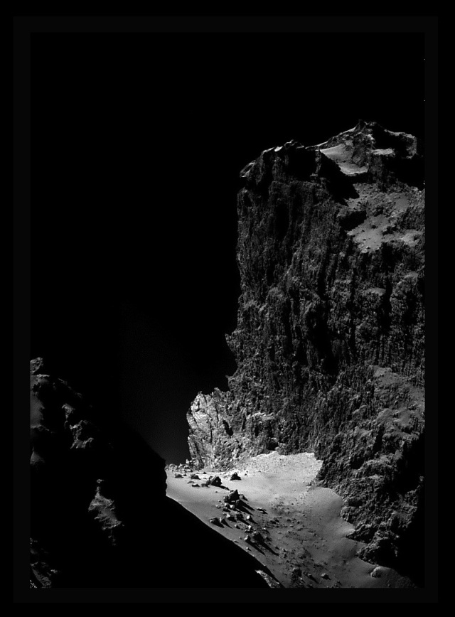 Površina komete 67P/Churyumov-Gerasimenko - foto: ESA/Rosetta/NAVCAM,obrada Stuart Atkinson.