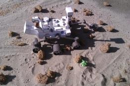 "Rover Curiosity od papira ""na Marsu"" i mali zeleni"
